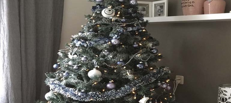 Een kerstboom in huis